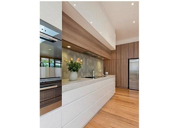 2ad096c14045 V kuchyni to ľahko dosiahnete horizontálne orientovanými obdĺžnikovými  tvarmi skriniek. Často sú to detaily
